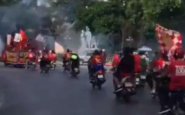 """Hà Nội: Các cầu thủ mới chuẩn bị ăn bữa chiều mà CĐV đã tranh thủ ra đường """"đi bão"""" trước cho có không khí"""