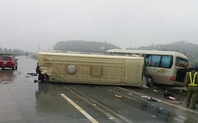 Hai ô tô khách đâm nhau lật ngửa trên cao tốc Nội Bài - Lào Cai