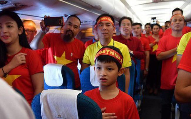 CĐV Việt Nam cùng nhau hát Quốc ca ở độ cao 10.000m, hết mình cổ vũ cho ĐT nước nhà trong trận chung kết AFF Cup 2018