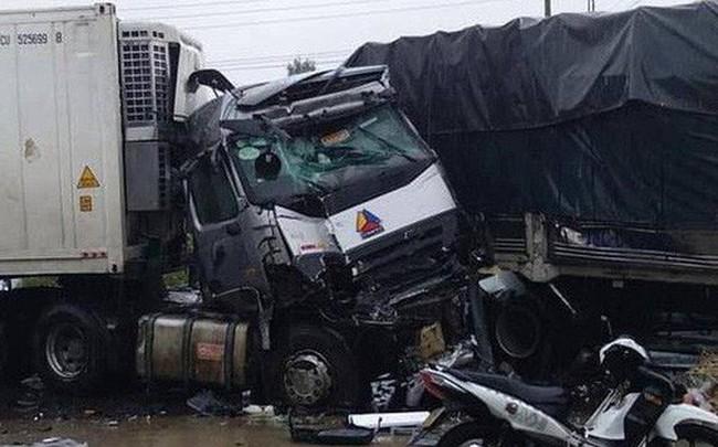 [Nóng] Xe ô tô đâm nhau liên hoàn trên Quốc lộ 1A, 2 người chết, nhiều người bị thương