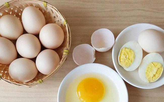 """Trứng gà """"chạy bộ"""" có tốt hơn trứng gà nuôi nhốt: Bạn có đang mua trứng đúng giá trị thật?"""