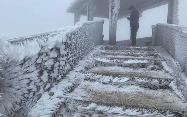Băng tuyết phủ trắng nhà cửa, xe cộ ở đỉnh Mẫu Sơn