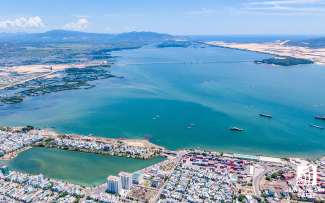 Dự án Phú Tài Residence (Quy Nhơn) để cẩu tháp quay vòng vòng trên đầu người dân, không chịu hạ xuống khi bão đến