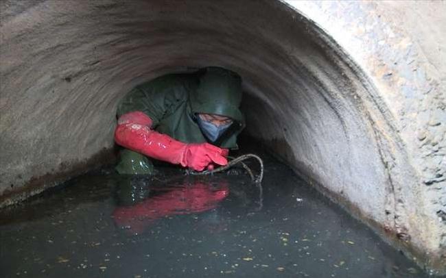 """Một ngày """"ngập trong bùn"""" của công nhân thoát nước cống ngầm Hà Nội"""