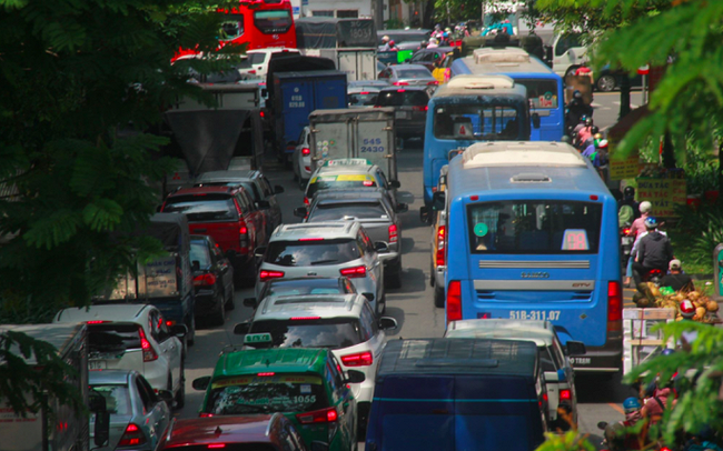 Cửa ngõ sân bay Tân Sân Nhất kẹt cứng, nhiều hành khách xuống xe đi bộ