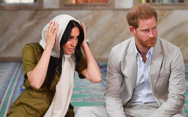 Tiết lộ mới gây sốc: Vợ chồng Meghan Markle bị gia đình hoàng gia cô lập và lời cảnh báo của Nữ hoàng Anh