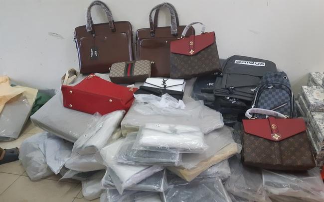 """Bắt giữ hàng trăm túi xách, ví da """"hàng hiệu"""" Louis Vuitton, Dior, Gucci... nghi giả mạo nhãn hiệu"""