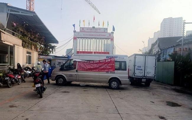 TPHCM: Dự án đang thi công bị xe đậu chắn lối vào