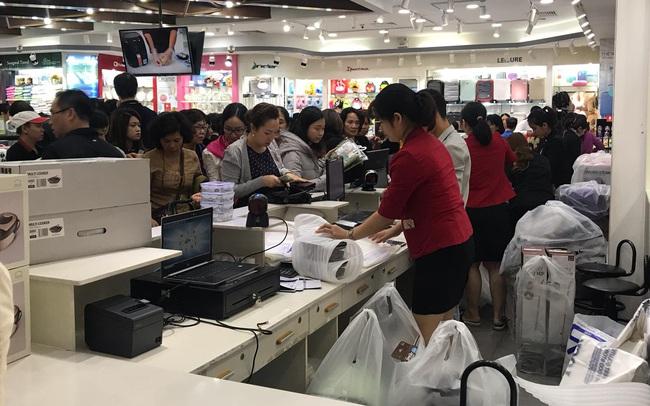 Black Friday 2019: Người mua xếp hàng từ sáng sớm, khu thanh toán chật kín người