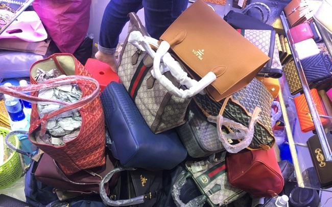 """Túi """"hàng hiệu"""" Louis Vuitton, Chanel, Gucci... chất thành đống tại cửa hàng, đồng hồ Patek Philippe, Rolex... giá siêu rẻ chỉ vài triệu đồng"""
