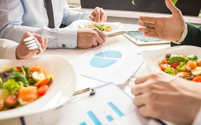 Dùng bữa trưa với đối tác sao cho đúng? Câu trả lời của chuyên gia sẽ giúp các doanh nhân giành chiến thắng ngay từ trên bàn ăn!