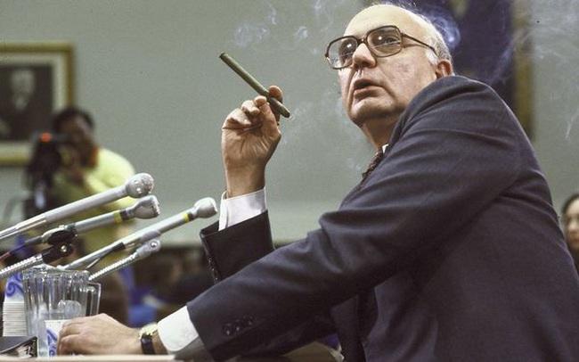 """Chân dung Paul Volcker - người ghìm cương lạm phát, cha đẻ của """"vòng kim cô"""" siết chặt các ngân hàng đầu tư"""