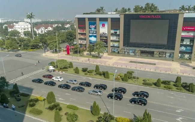 Màn diễu hành ấn tượng của dàn xe VinFast Lux tại Hà Nội
