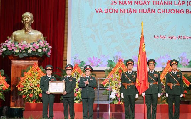 Kỷ niệm 25 năm thành lập, MB đón nhận huân chương Bảo vệ Tổ quốc Hạng Nhất