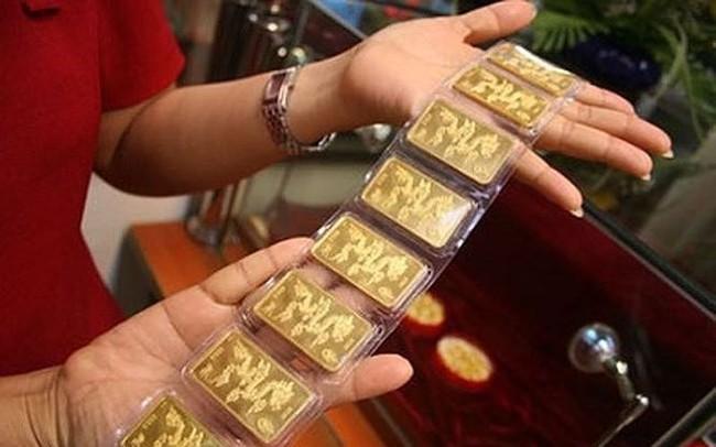 """Ngân hàng phải """"giật mình"""" khi bán vàng"""