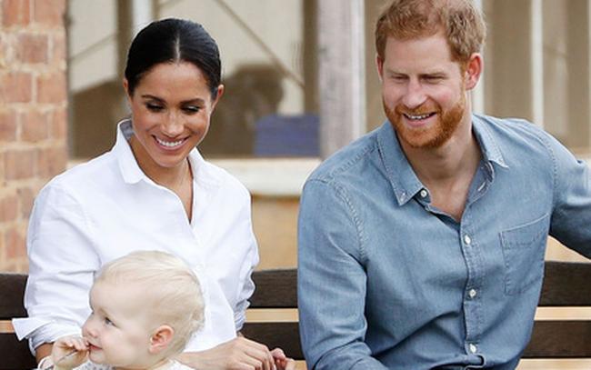 Meghan không sinh con tại bệnh viện vì muốn là người đầu tiên làm nên lịch sử này trong gia đình hoàng gia, làm lu mờ chị dâu Kate
