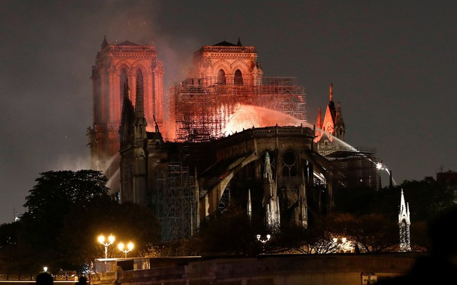 """""""Ông trùm"""" ngành hàng xa xỉ LVMH, Bernard Arnault, tuyên bố sẽ quyên góp 200 triệu euro để tái xây dựng Nhà thờ Đức Bà"""