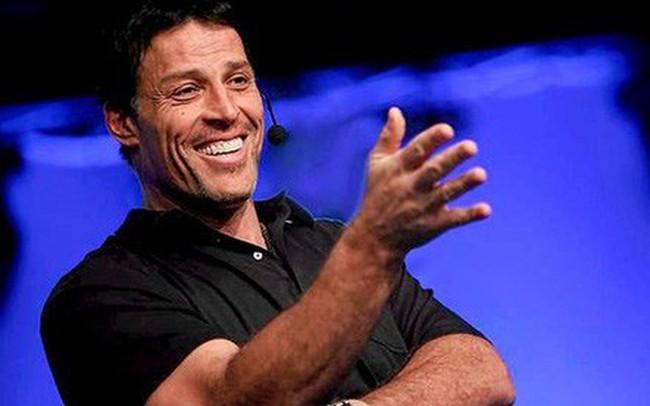 """Diễn thuyết trước hàng chục nghìn người, xuyên suốt bốn ngày đêm nhưng triệu phú tự thân Tony Robbins chưa có một giây phút nào tỏ ra mệt mỏi, chính là nhờ 3 phương pháp """"hack sinh học"""" này"""