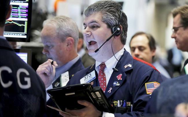"""Đường cong lợi suất tiếp tục đảo ngược, Dow Jones có lúc """"bay"""" hơn 400 điểm"""