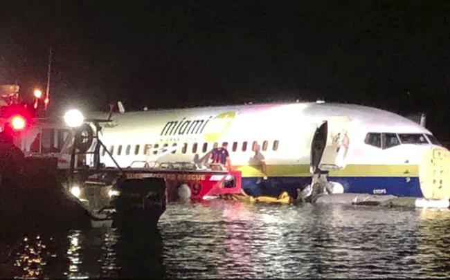 Máy bay Boeing 737 lao xuống sông, toàn bộ 143 người sống sót thần kỳ