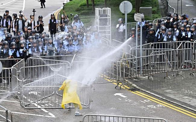 Hong Kong: Giao thông tê liệt vì người biểu tình, cảnh sát sử dụng hơi cay và súng phun nước