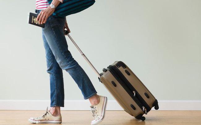 """Tạm biệt cảnh """"tay xách nách mang"""" mùa du lịch nhờ bí quyết xếp đồ """"chuẩn không cần chỉnh"""" khi đi máy bay của tiếp viên hàng không"""