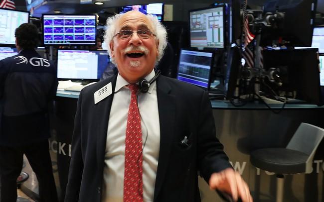 FED tính giảm lãi suất sớm, Dow Jones tăng gần 250 điểm, S&P 500 phá đỉnh mọi thời đại