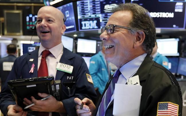 Phố Wall hy vọng Fed hạ lãi suất, Dow Jones tiếp tục tăng hơn 200 điểm