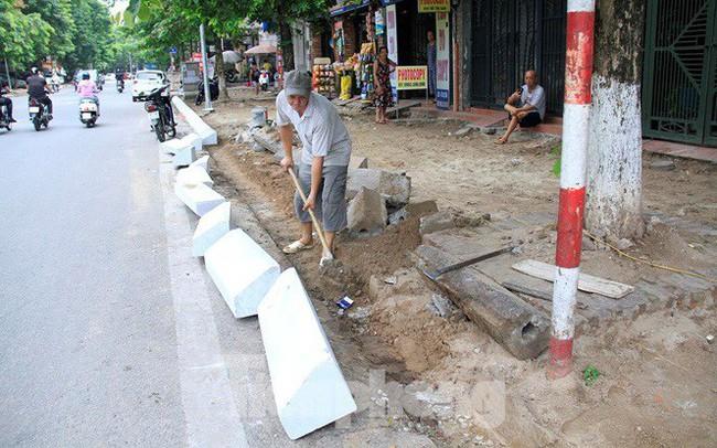 Hà Nội: Xuất hiện tuyến phố chỉ lát một bên ... vỉa hè