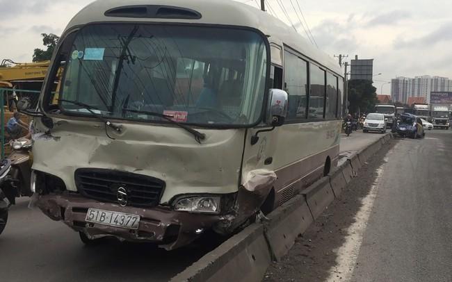 Bình Dương: Xe khách tông bẹp dúm 2 xe con trên Quốc lộ 1, nhiều người hoảng loạn kêu cứu thất thanh
