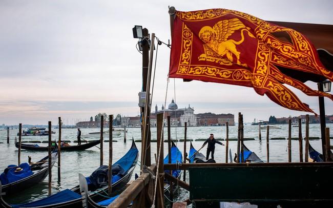 """Venice đang """"chết dần"""": Chật chội vì khách du lịch khi dân số sụt giảm nghiêm trọng, lũ lụt xảy ra thường xuyên, người dân nghi ngờ dự án xây đập ngăn lũ trì trệ là do tham nhũng"""