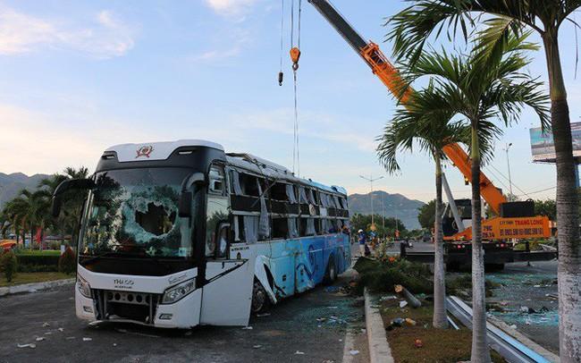 Hai xe khách giường nằm tông nhau, 21 người thương vong