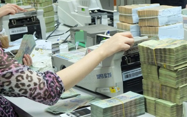Lãi suất tăng cao, tiền gửi vào ngân hàng tăng đột biến