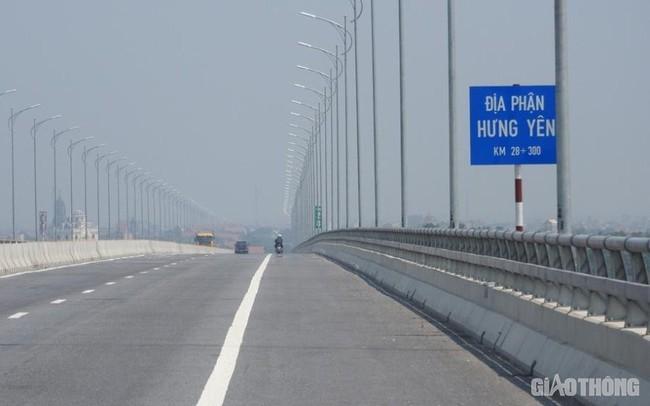 Cây cầu gần 3.000 tỷ mất an toàn vì đèn chiếu sáng hoạt động nửa vời
