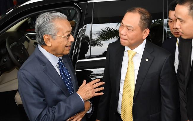 Toàn cảnh màn lái thử xe Vinfast với vận tốc 100 km/h của Thủ tướng 94 tuổi Mahathir Mohamad