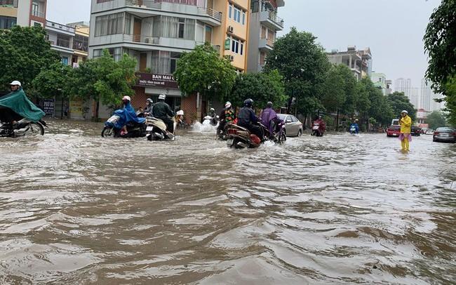 """Hà Nội mưa lớn ngập sâu, người dân """"bơi"""" đi làm giữa dòng xe tắc nghẽn"""
