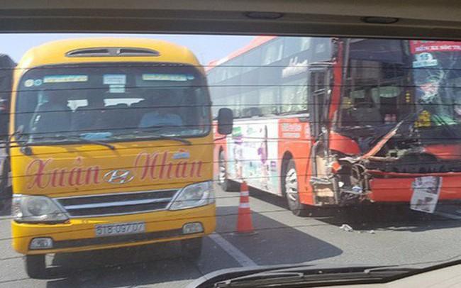 Xe giường nằm Phương Trang tông đuôi xe tải trên cao tốc về TP.HCM