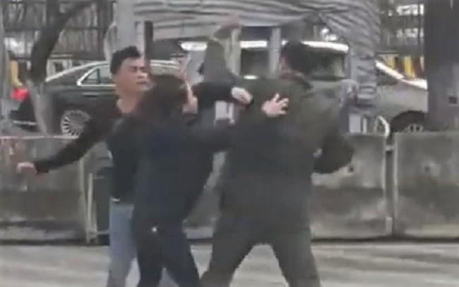 'Cò' taxi đánh nhân viên an ninh sân bay Nội Bài gãy 4 răng cửa: Công an truy bắt 2 kẻ bỏ trốn