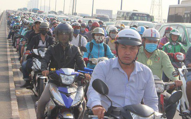 Ùn tắc kinh hoàng trên cầu Sài Gòn, hàng nghìn người chen chúc trong nắng nóng ngày cận Tết