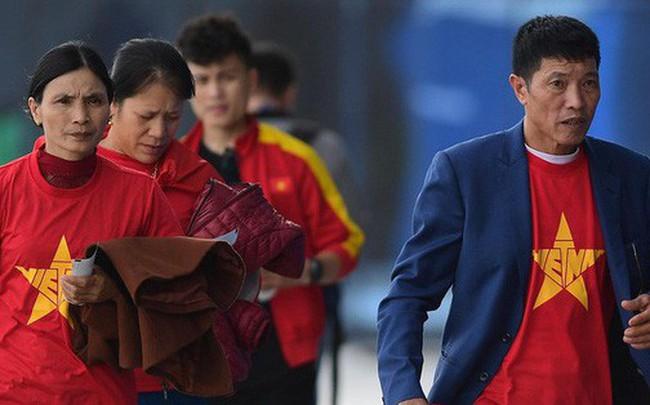 Bố mẹ Văn Hậu, Tiến Dũng vượt hơn 7500 cây số cổ vũ con trai, đặt niềm tin vào một chiến thắng