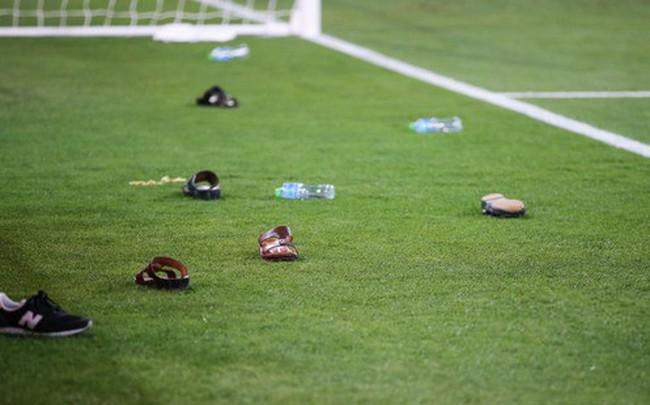 Dù tìm mọi cách để gia tăng áp lực lên đối thủ, đội tuyển nước chủ nhà UAE vẫn thua 4 bàn không gỡ, còn CĐV để lại hình ảnh vô cùng xấu xí