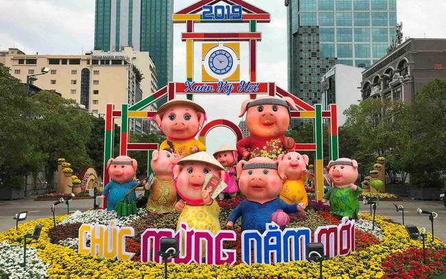 Những chú heo ngộ nghĩnh trên đường hoa Nguyễn Huệ