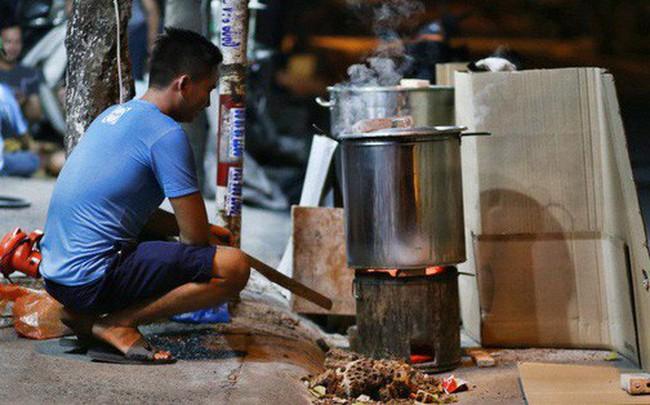 Người Sài Gòn trắng đêm bên bếp lửa hồng nấu bánh chưng, bánh tét đón Tết Kỷ Hợi 2019