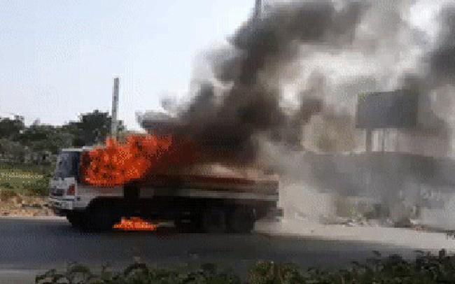 TPHCM: Xe bồn chở xăng dầu cháy ngùn ngụt trên Xa lộ Hà Nội, tài xế hoảng hồn tháo chạy