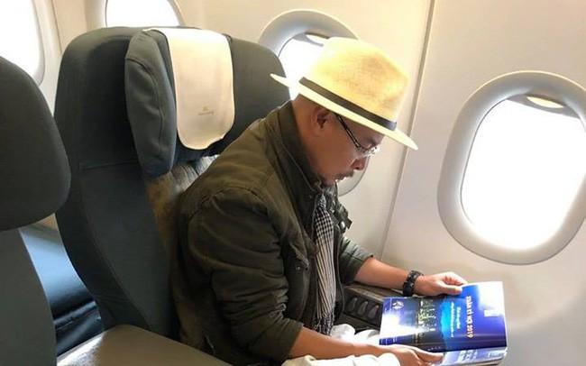 MXH xôn xao hình ảnh ông Đặng Lê Nguyên Vũ ngồi lặng lẽ trên máy bay, đôi giày trắng quen thuộc mới gây bất ngờ
