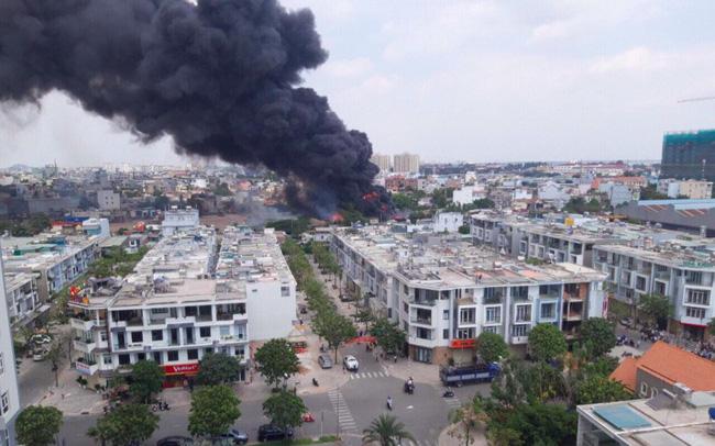 Đang cháy lớn ở Bình Dương, nhiều học sinh di dời khẩn cấp