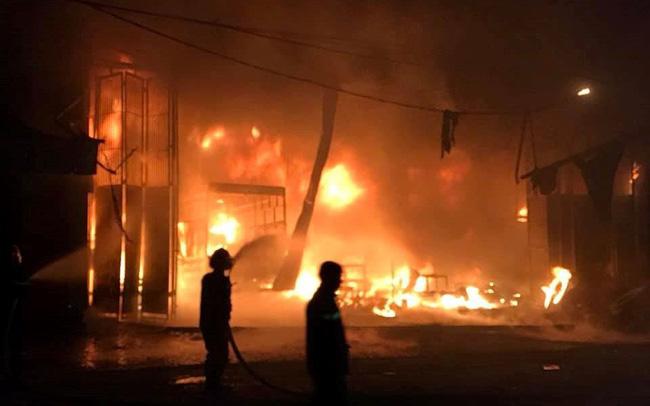 Cháy lớn lúc rạng sáng, xưởng ô tô bị thiêu rụi