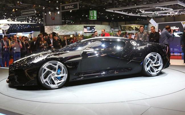Xem siêu xe đắt nhất thế giới của Bugatti rón rén lăn bánh khỏi triển lãm mới phát hiện ra cú lừa này