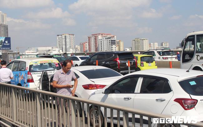 Bốn ô tô tông liên hoàn trên cầu Sài Gòn, giao thông tê liệt