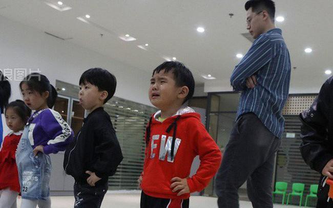"""Khổ như làm con của bố mẹ Trung Quốc: Người lớn bỏ việc ở quê đổ xô đến """"lò"""" đào tạo mẫu nhí, bắt con học 10h/ngày để mong ngày nổi tiếng sẽ có """"lương nghìn đô"""""""